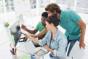 Drei Arbeitnehmer vor dem Bildschirm